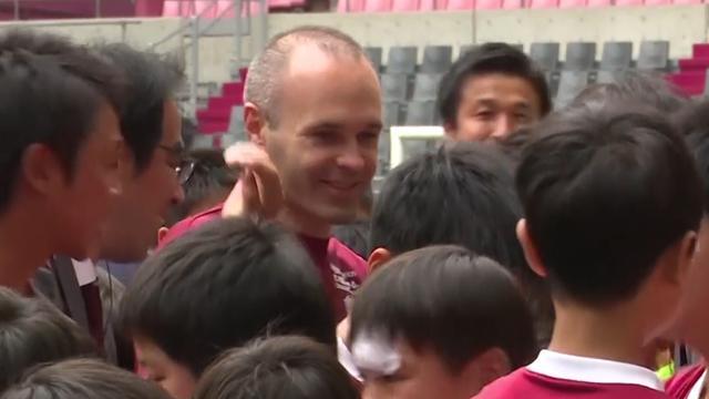 Iniesta door achtduizend fans onthaald bij Vissel Kobe