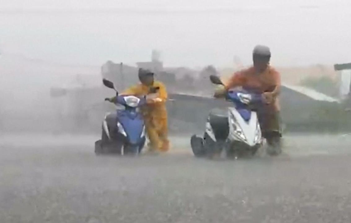 Straten Taiwan staan onder water door tyfoon Nesat