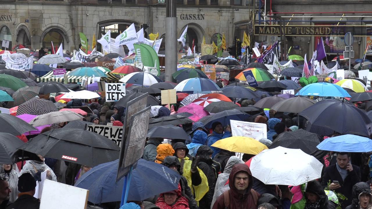 40.000 mensen lopen klimaatmars door regen in Amsterdam