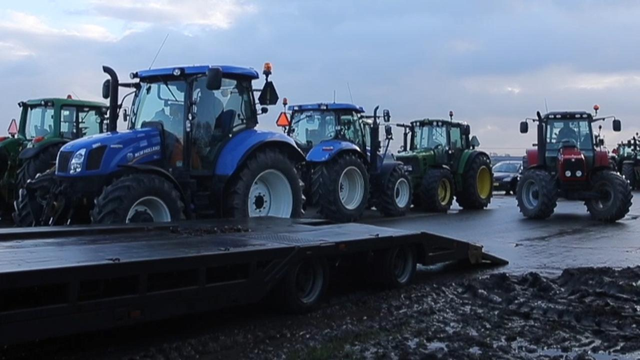 Boze boeren gaan op traktoren richting Den Haag
