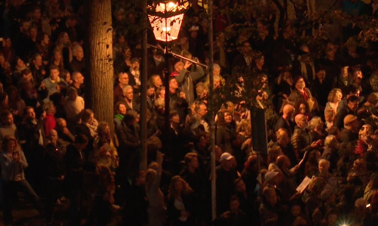 Honderden mensen applaudisseren voor woning Eberhard van der Laan