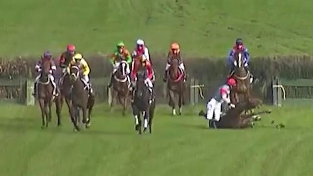 Jockey sprint alsnog naar zege na val van paard