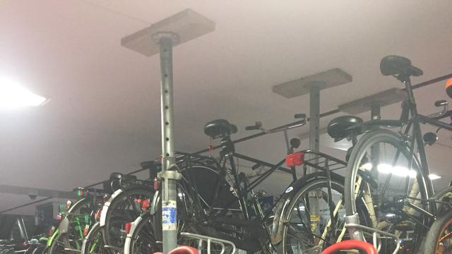 Tijdelijke steunpilaren in fietsenstalling Jaarbeursplein om constructie