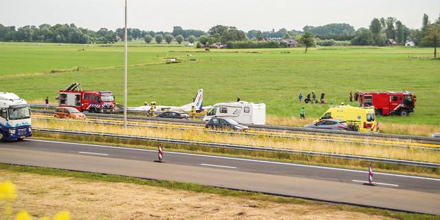 Parachutistenvliegtuig maakt succesvolle noodlanding naast A50 bij Apeldoorn