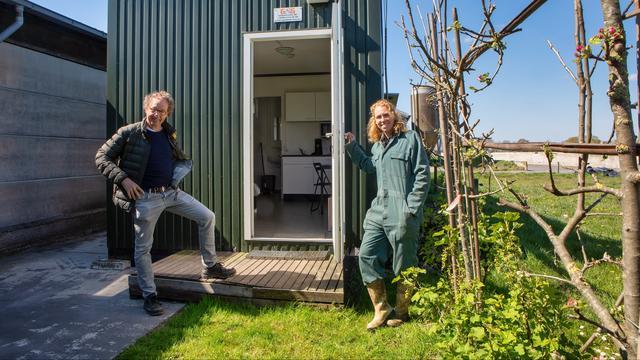 Iwan van Esch van NovaFarm-Grip en Corina de Bont van zorgboerderij De Bonte Koe in Sprundel bij een van de drie wooneenheden voor afgekickte verslaafden die hier onder begeleiding komen wonen en werken.