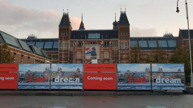 Kunstenaar bedekt letters 'I Amsterdam' bij Rijksmuseum