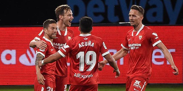 De Jong en Sevilla mogen door zege in spektakelstuk nog dromen van titel