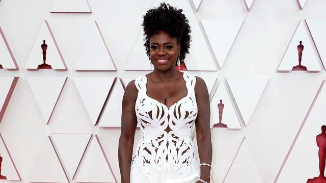 Viola Davis ha vinto la migliore attrice con un corsetto disegnato a mano mentre gli stilisti lavorano con i truccatori per portare il tono della pelle dell'attrice sulla parte superiore del corpo.