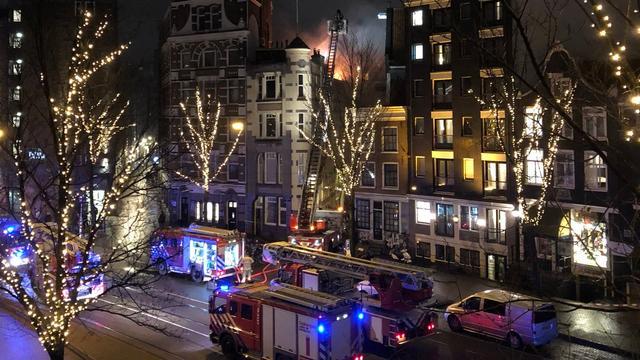 Brand in historisch pand bij Nieuwezijds Voorburgwal geblust