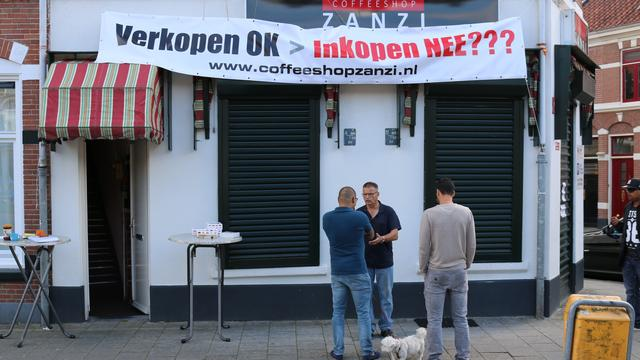Werknemers coffeeshop Vleutenseweg protesteren tegen sluiting