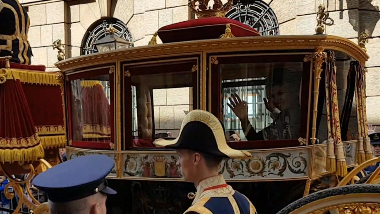Koningspaar rijdt in Glazen Koets naar paleis Noordeinde