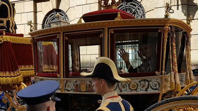Koningspaar rijdt in Gouden koets naar paleis Noordeinde