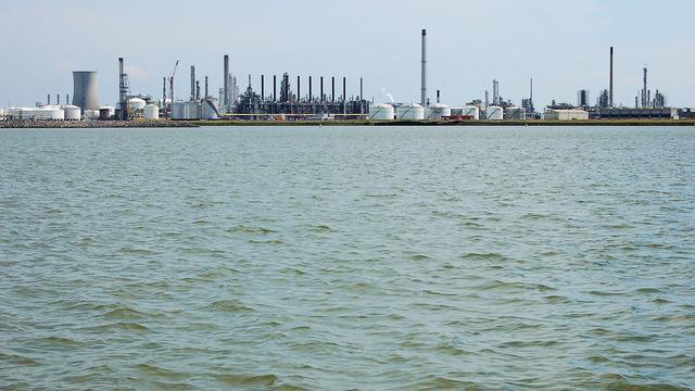Persoon te water bij haven Moerdijk, zoekactie gestaakt