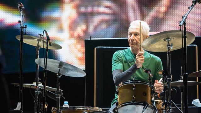 """Watts liet begin augustus weten niet met de Stones op tournee te gaan. """"Voor het eerst is mijn timing niet helemaal lekker"""", grapte de tachtigjarige drummer over de gezondheidsklachten die zijn deelname aan de tournee in de weg stonden."""