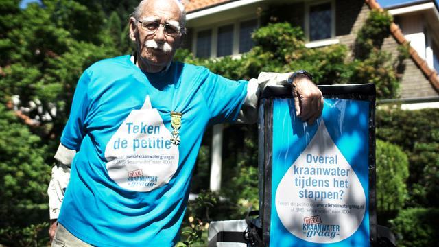 Oudste deelnemer Vierdaagse voert actie voor kraanwater