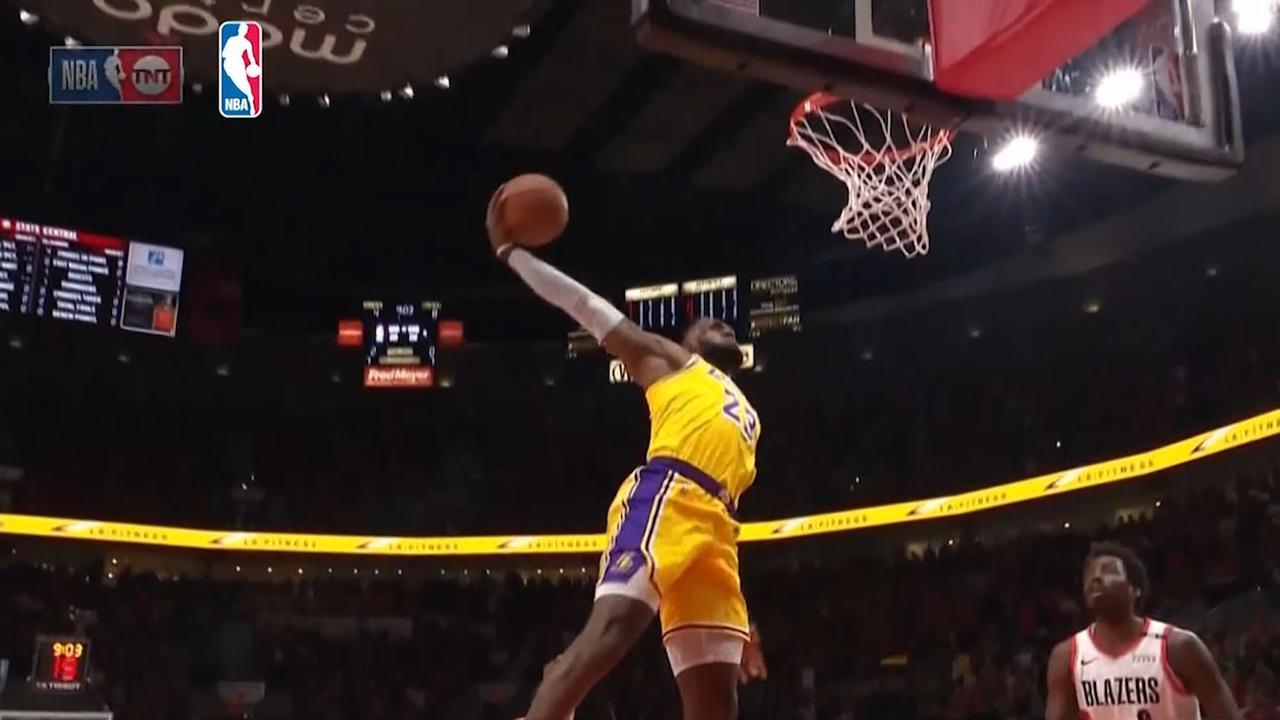 LeBron James maakt eerste punten voor Lakers met keiharde dunk