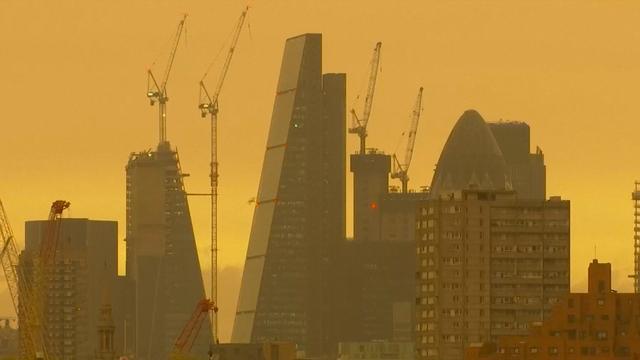 Lucht boven Londen kleurt geel door tropische storm Ophelia