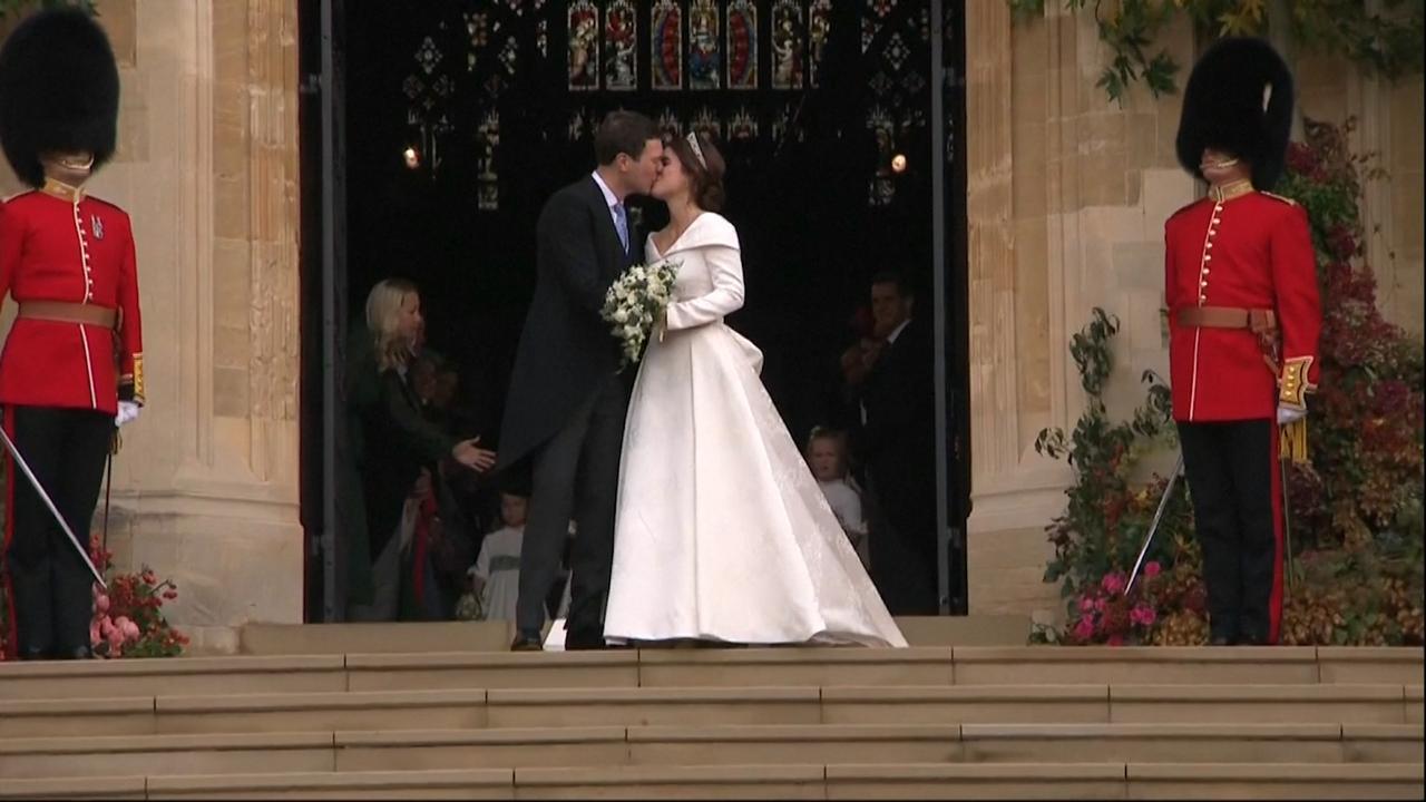 Prinses Eugenie bezegelt huwelijk met kus op trap Windsor