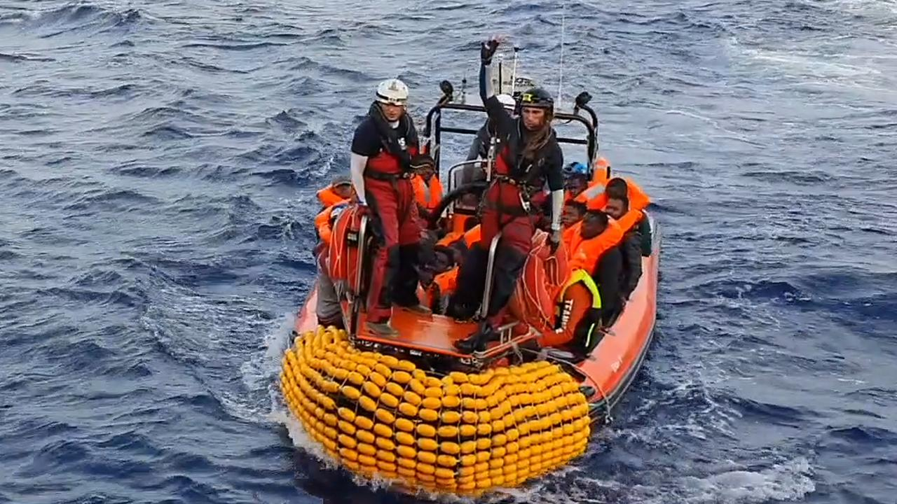 Schip Artsen Zonder Grenzen redt 94 mensen voor kust van Libië