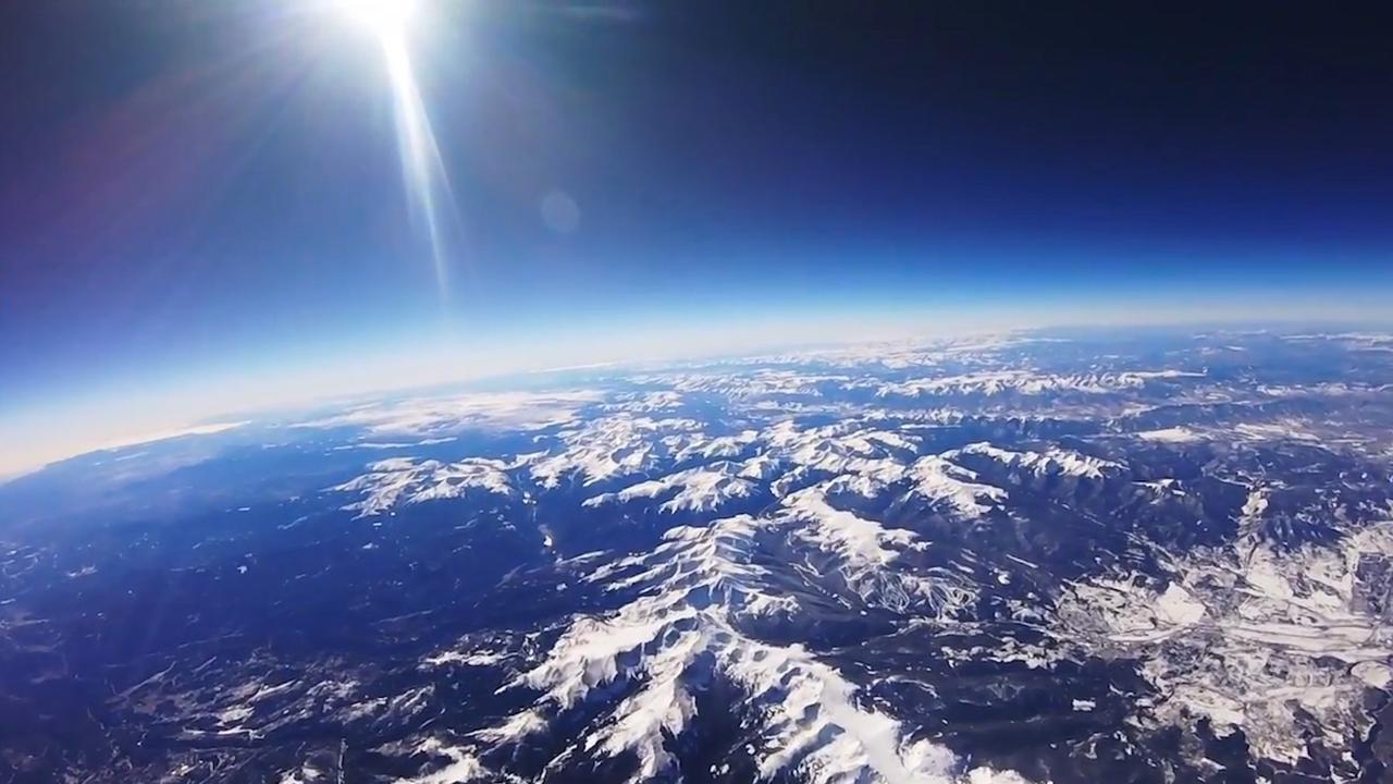 Camera op weerballon filmt Rocky Mountains vanuit stratosfeer
