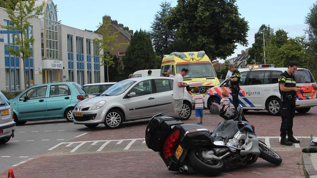 Uitparkerende auto raakt motorfiets