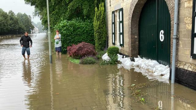 Inwoners van die plaats hebben zandzakken voor hun huizen geplaatst om het water tegen te houden.