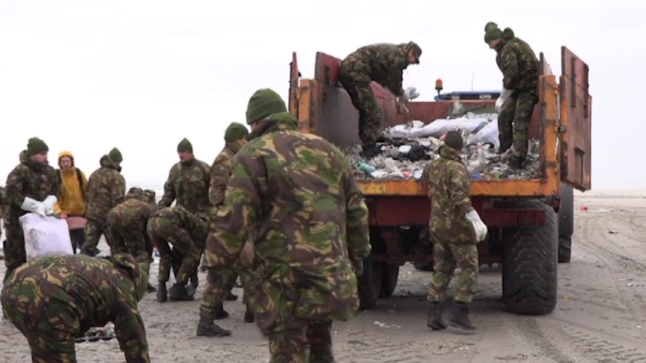 Militairen ruimen strand Schiermonnikoog op