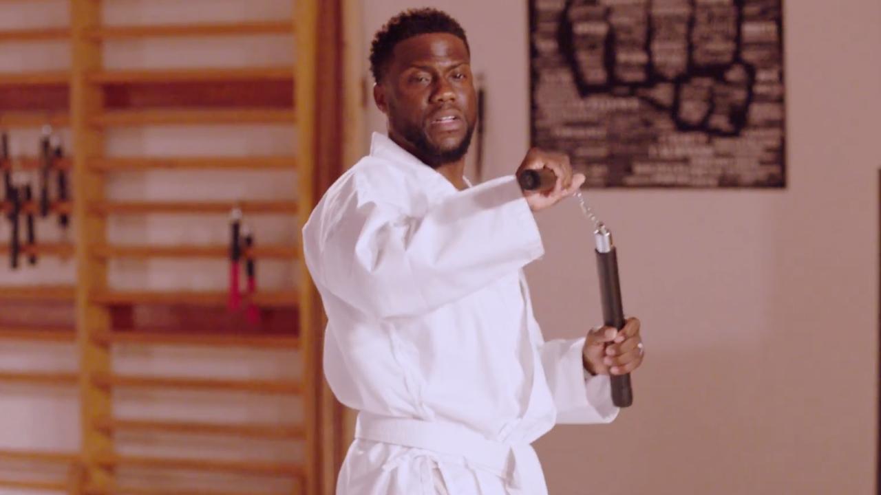 Kevin Hart gebruikt nunchaku's verkeerd tijdens karateles
