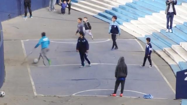 Argentijnse jongen met één been scoort mooi doelpunt