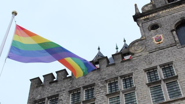 Regenboogvlag voor lhbt'ers gehesen op de Grote Markt