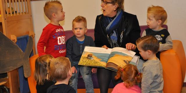 Burgemeester leest voor op kinderdagverblijf