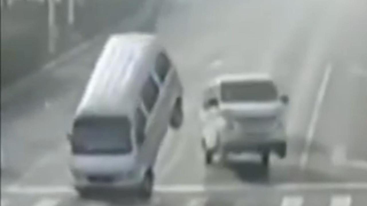 Bizar ongeluk heft zwaartekracht auto's op
