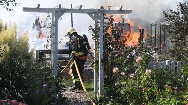 Rookpluim tot in Den Haag te zien door brand in tuinhuisje in Leiden