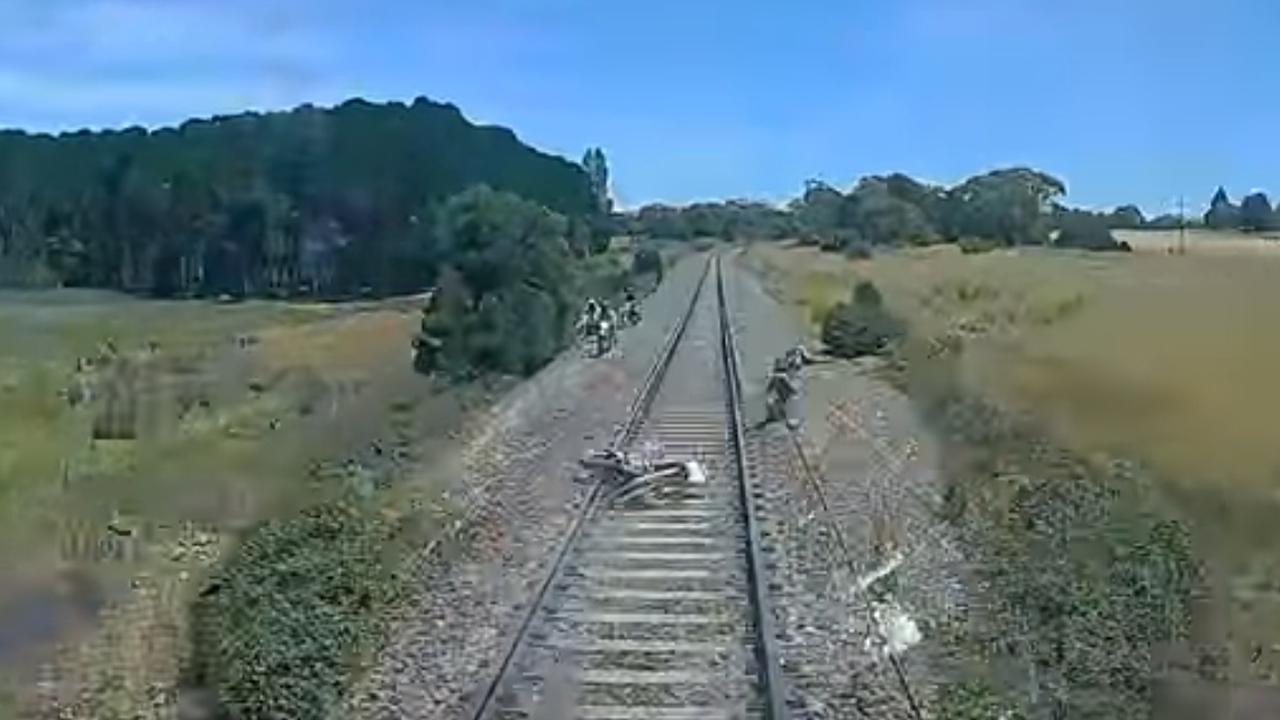 Man springt net op tijd voor rijdende trein weg in Australië