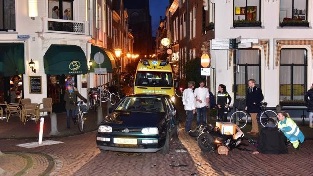 Bestuurder bezorgscooter gewond na aanrijding met auto