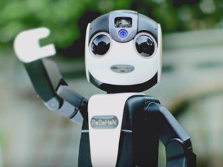 Fabrikant Sharp wil menselijk robotje in 2016 op de markt brengen