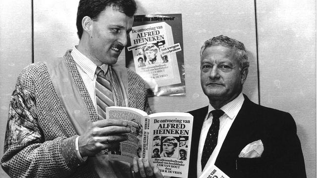 Peter R. de Vries bekijkt met advocaat Max Moszkowicz senior zijn boek over de Heineken-ontvoering.