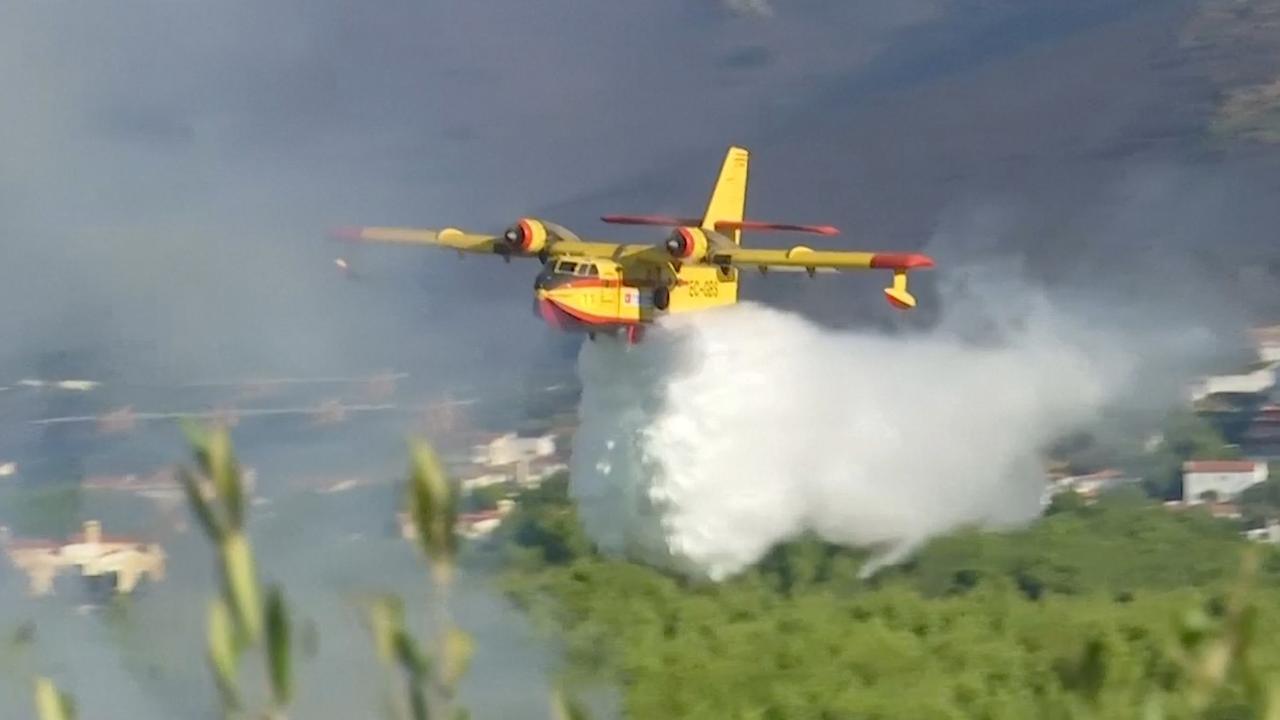 Brandweerlieden blussen natuurbrand in Portugal