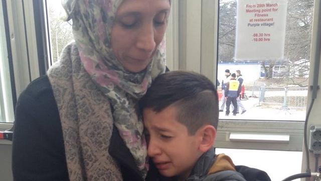 Teleurgestelde vluchtelingenkinderen huilend weg uit Leiderdorp