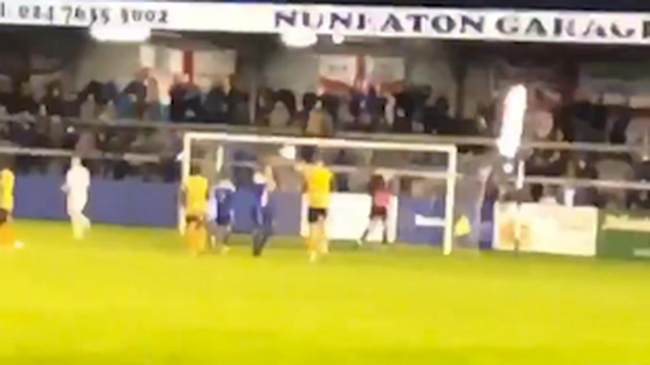 Doelman vernielt tribunelamp met penalty