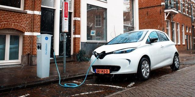 Wat als je je elektrische auto voor de deur wil opladen, maar dat niet mag?