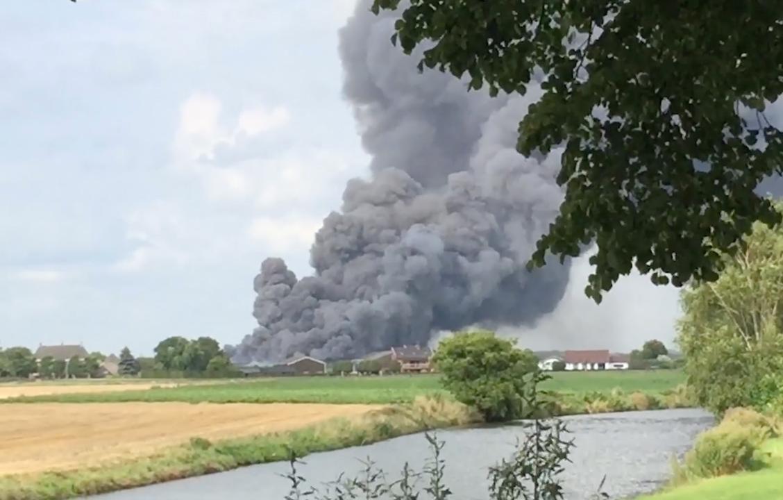 Rookwolken te zien in wijde omtrek door brand varkensstal Erichem