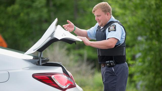 Dronken Amerikaanse vrouw plast op politieagent tijdens controle