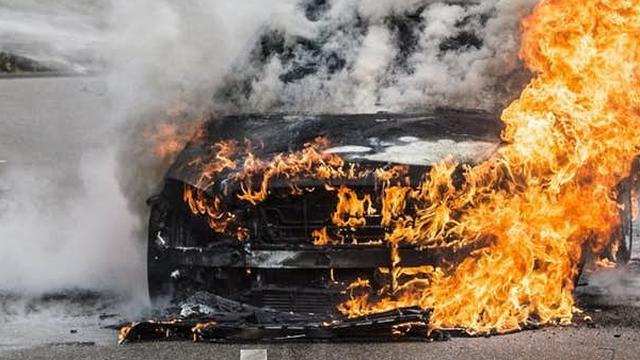 'Auto brandt uit langs Westelijke Ringweg'