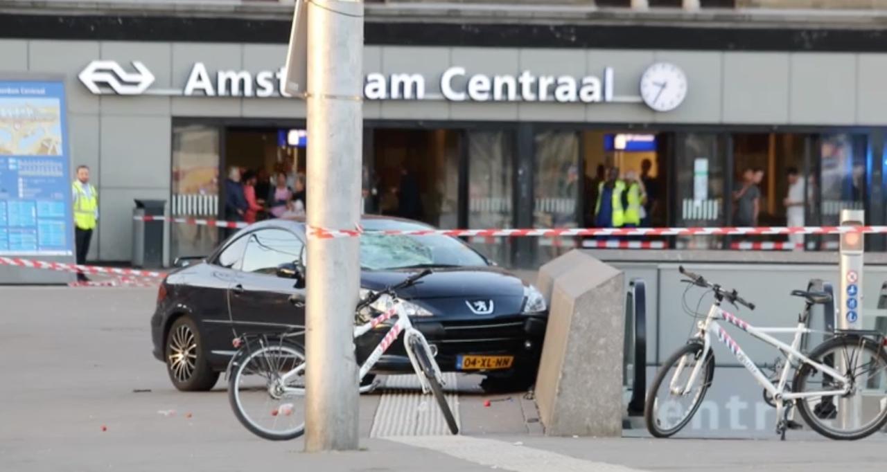Nasleep van incident met auto op Stationsplein Amsterdam Centraal