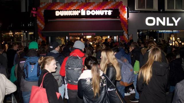 Tientallen mensen in de rij in Utrecht voor jaar lang gratis donuts