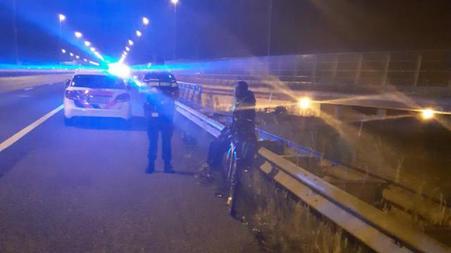 Man rijdt met fiets over vluchtstrook A16 in West-Brabant