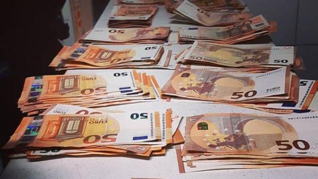 Rotterdamse politie arresteert man met 12.000 euro op zak