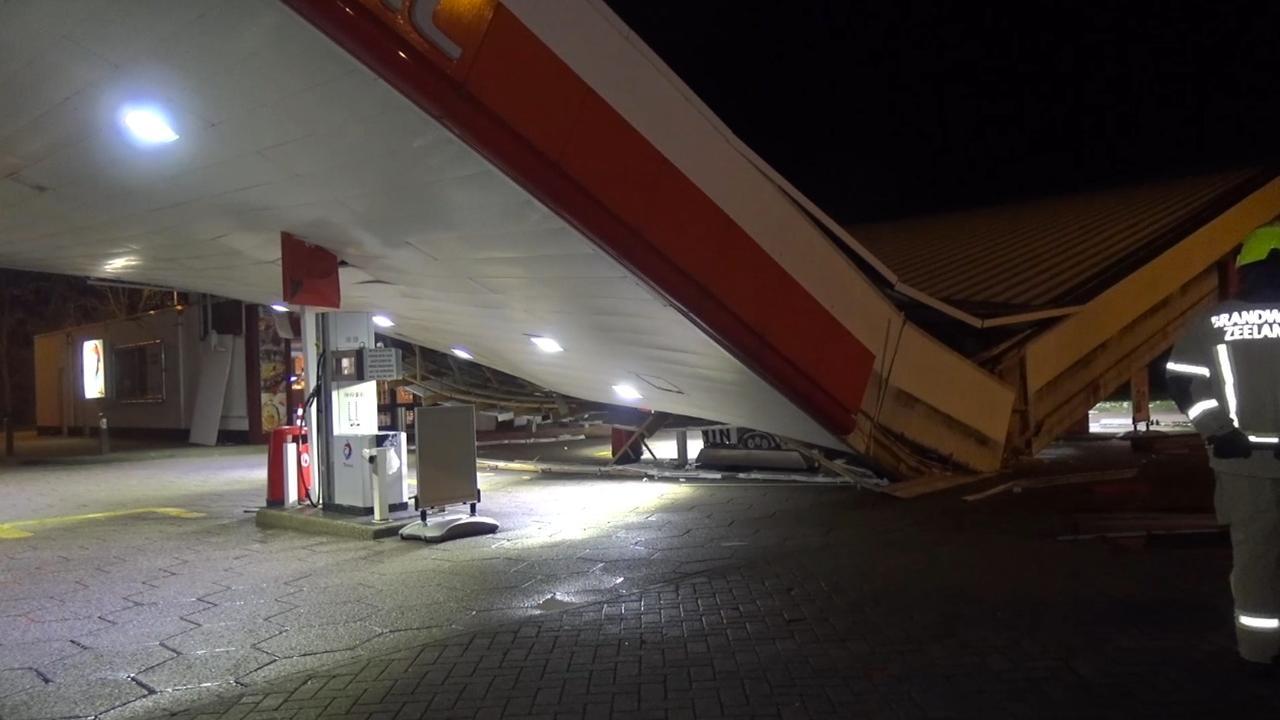 Dak van tankstation in Zeeland in het midden geknakt