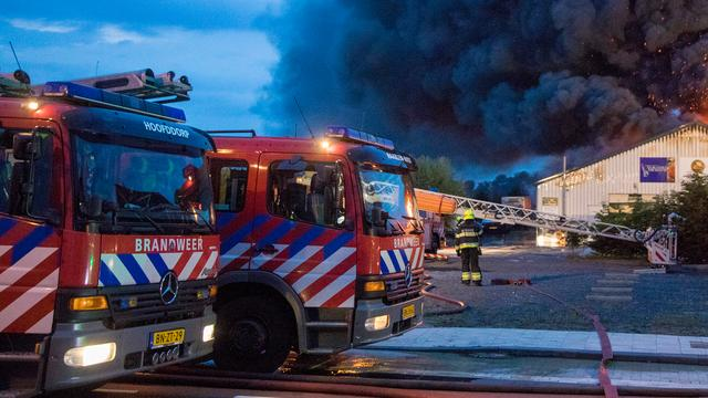 Uitslaande brand door blikseminslag in woning van boerenbedrijf in Bavel